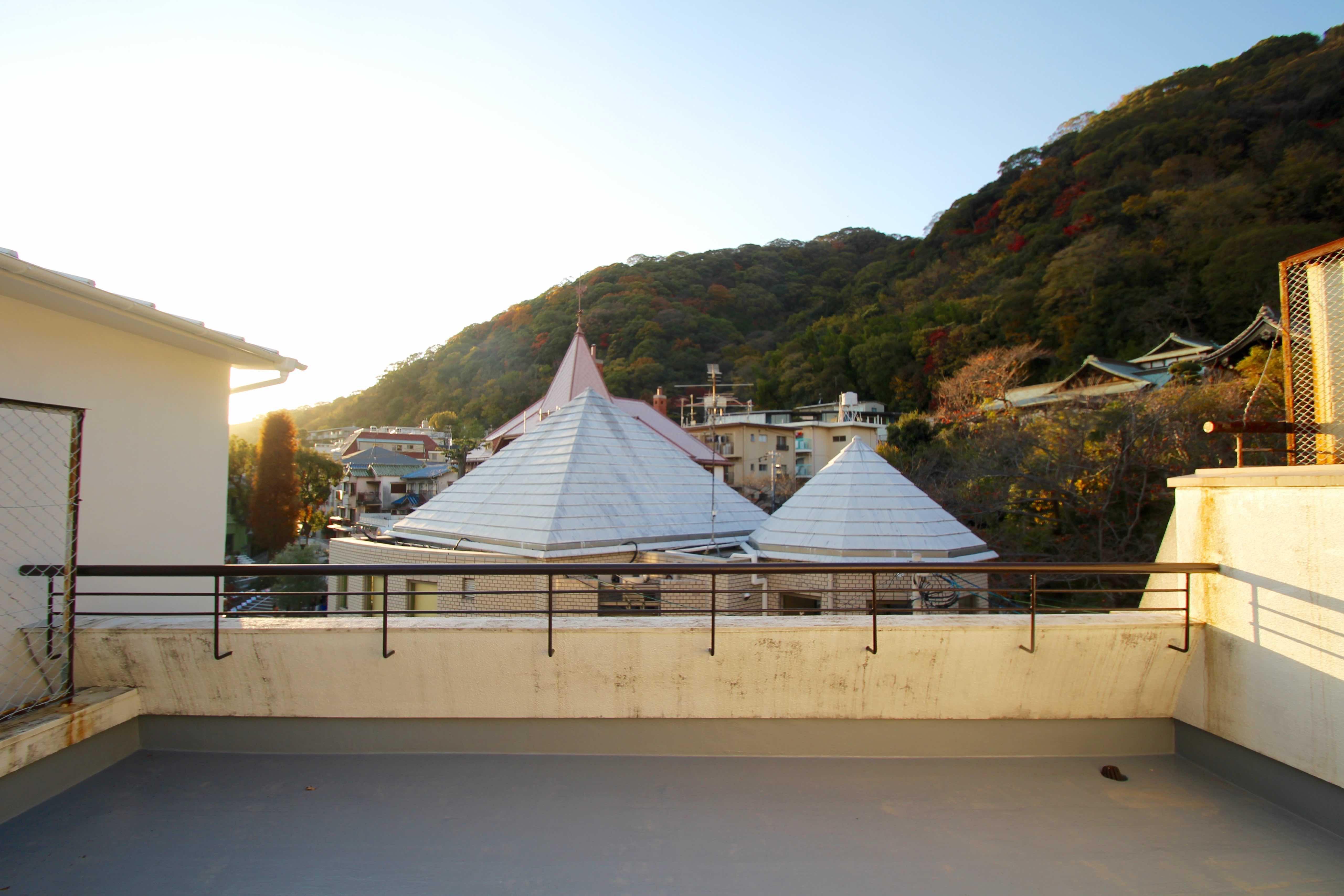 なだらかな山なみに風見鶏の館や萌黄の館の屋根がちらほら見える