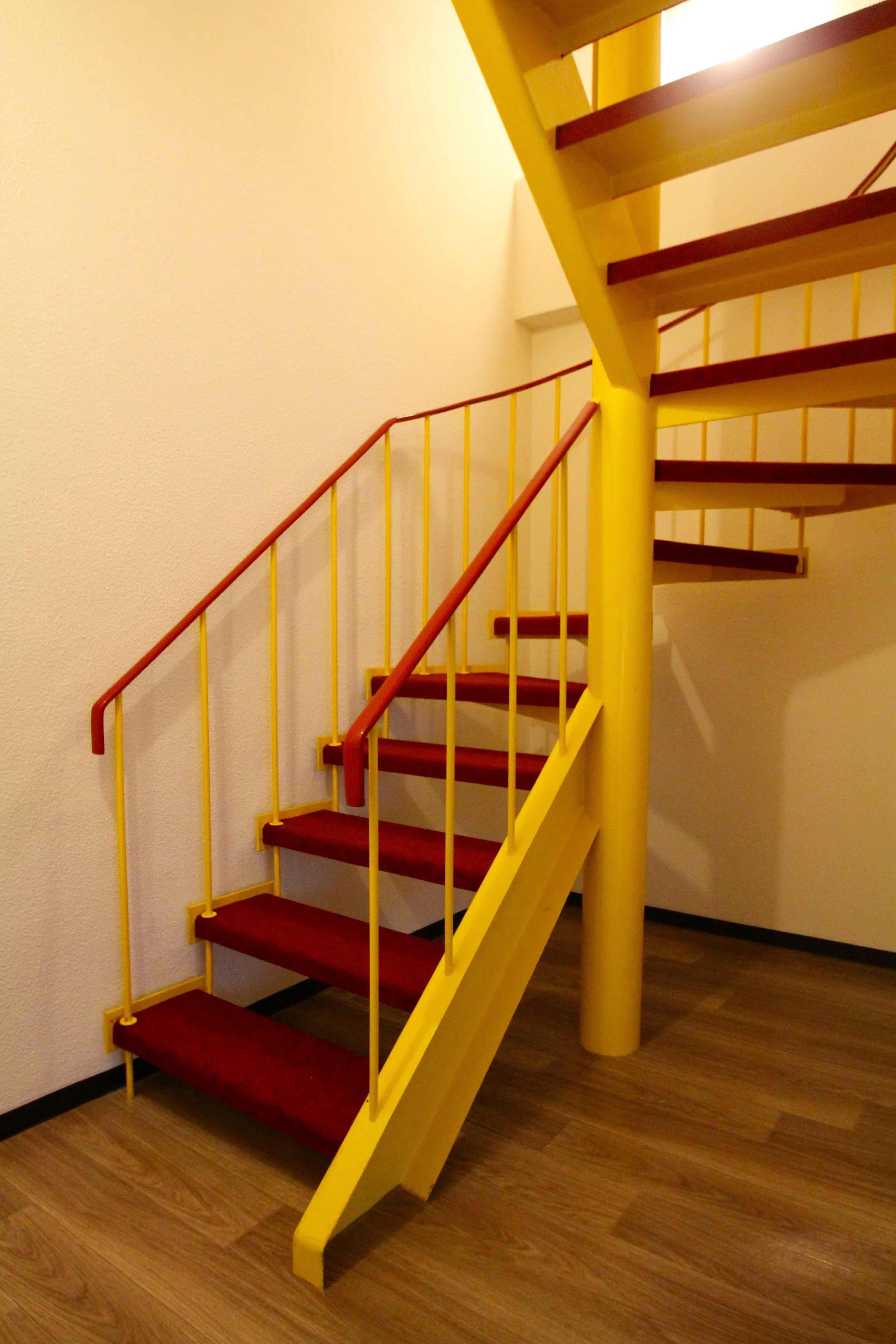 黄赤の螺旋階段