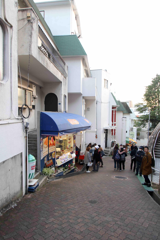 観光客で賑わうお土産屋が軒を連ねる石畳の小坂沿い