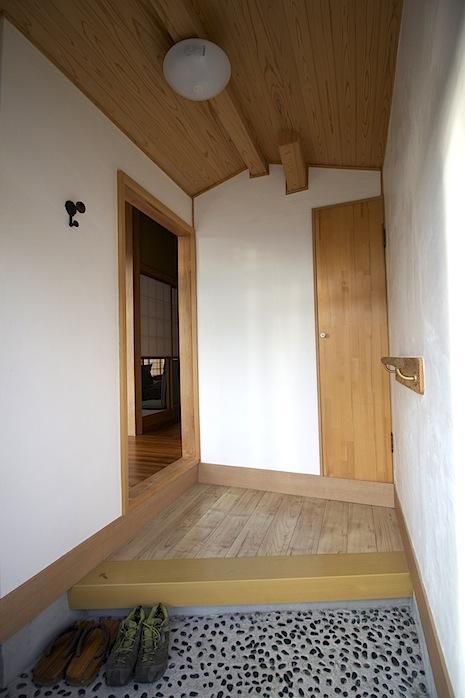 オーナー作、渾身の玄関棟。漆喰壁に無垢材