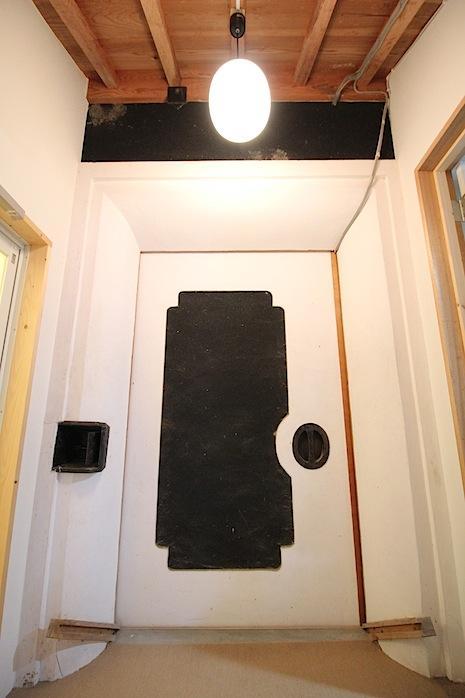 なんと蔵の扉が居室の入口。