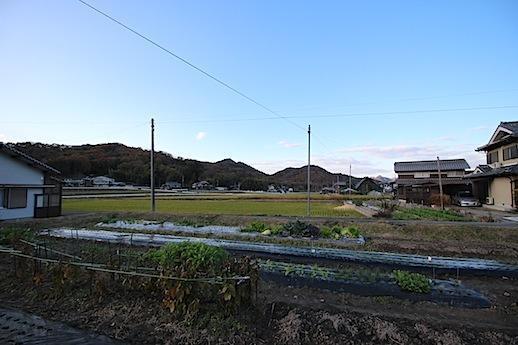 北側の裏手。畑と低い山並みからキレイに空が抜ける