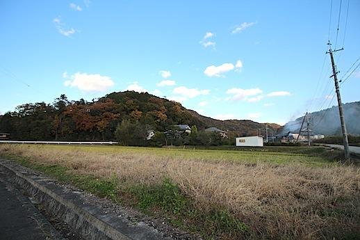東側の道路を渡っても明るい農村の風景が広がる