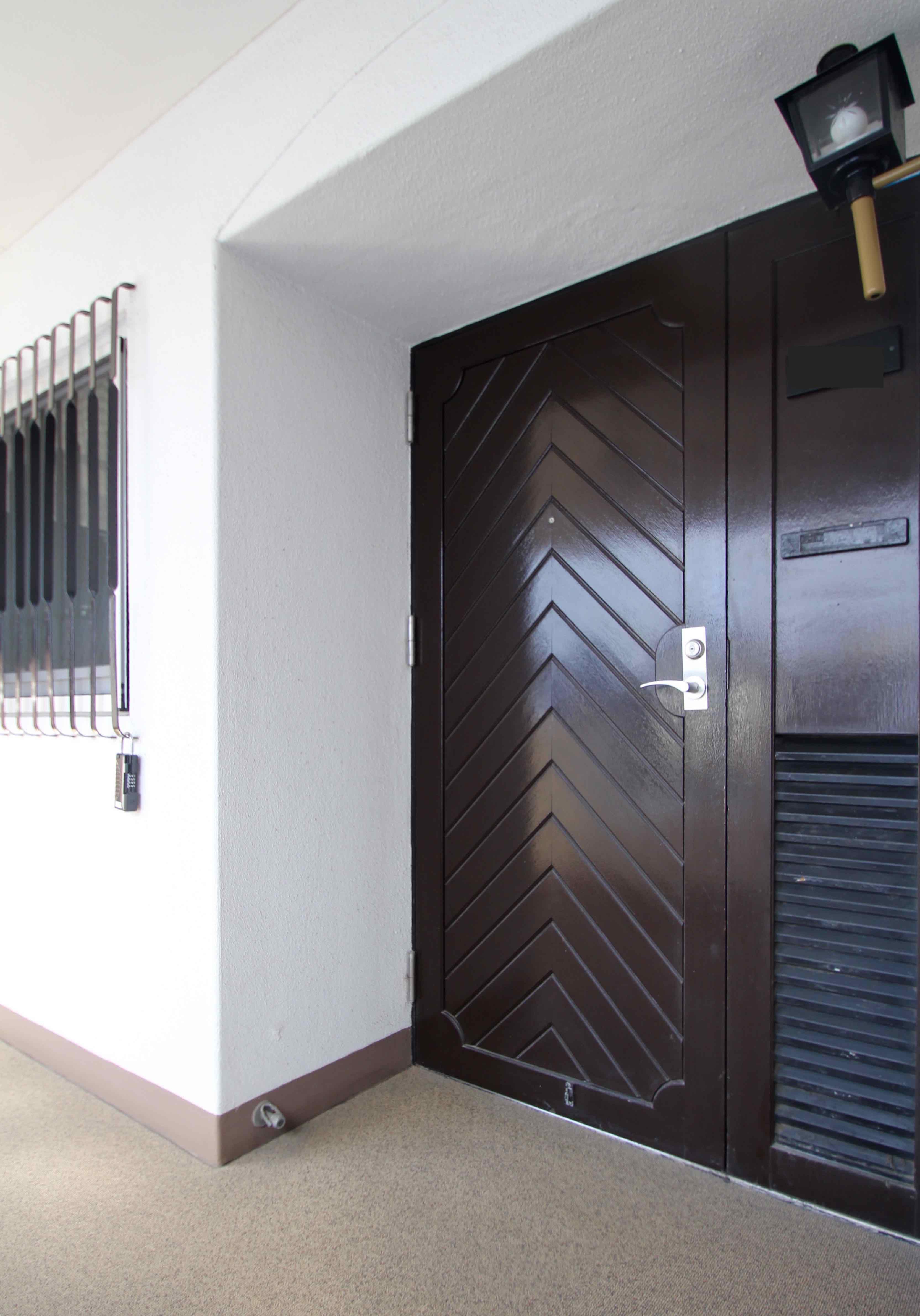 重厚感のあるドアやアーチの格子、ランプのような照明