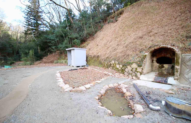 趣のある煉瓦造の横井戸に小さな池も