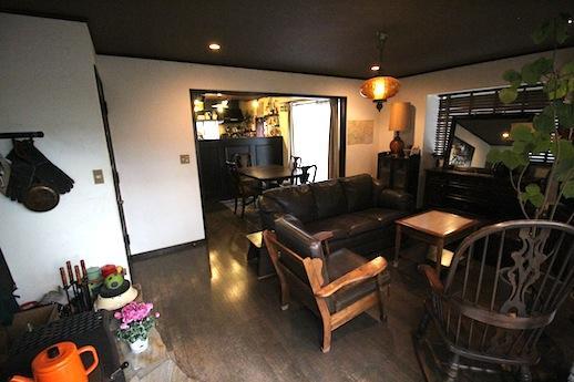 アンティーク系の家具が馴染む空間