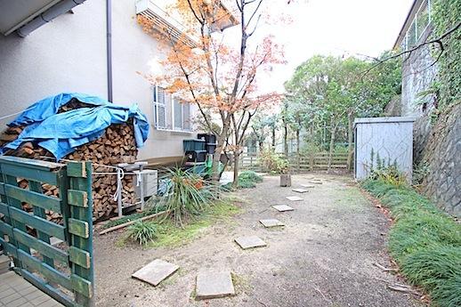 庭へのアプローチ。薪が似合います