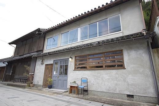 反対側に2軒隣りの雑貨屋「紡木」さん。作家物を中心に和洋折衷な店構え。