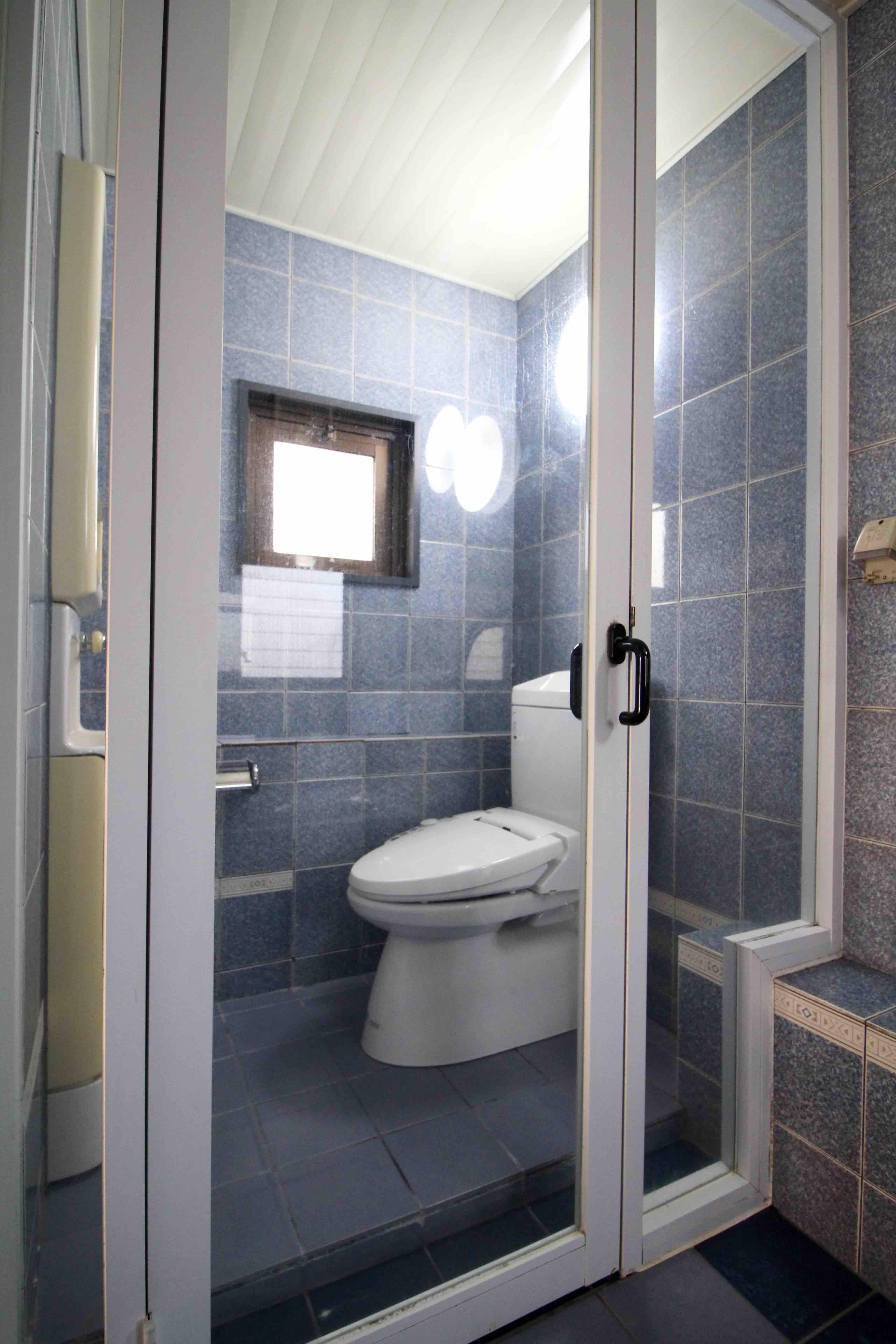 風呂とトイレは透明窓で仕切られています
