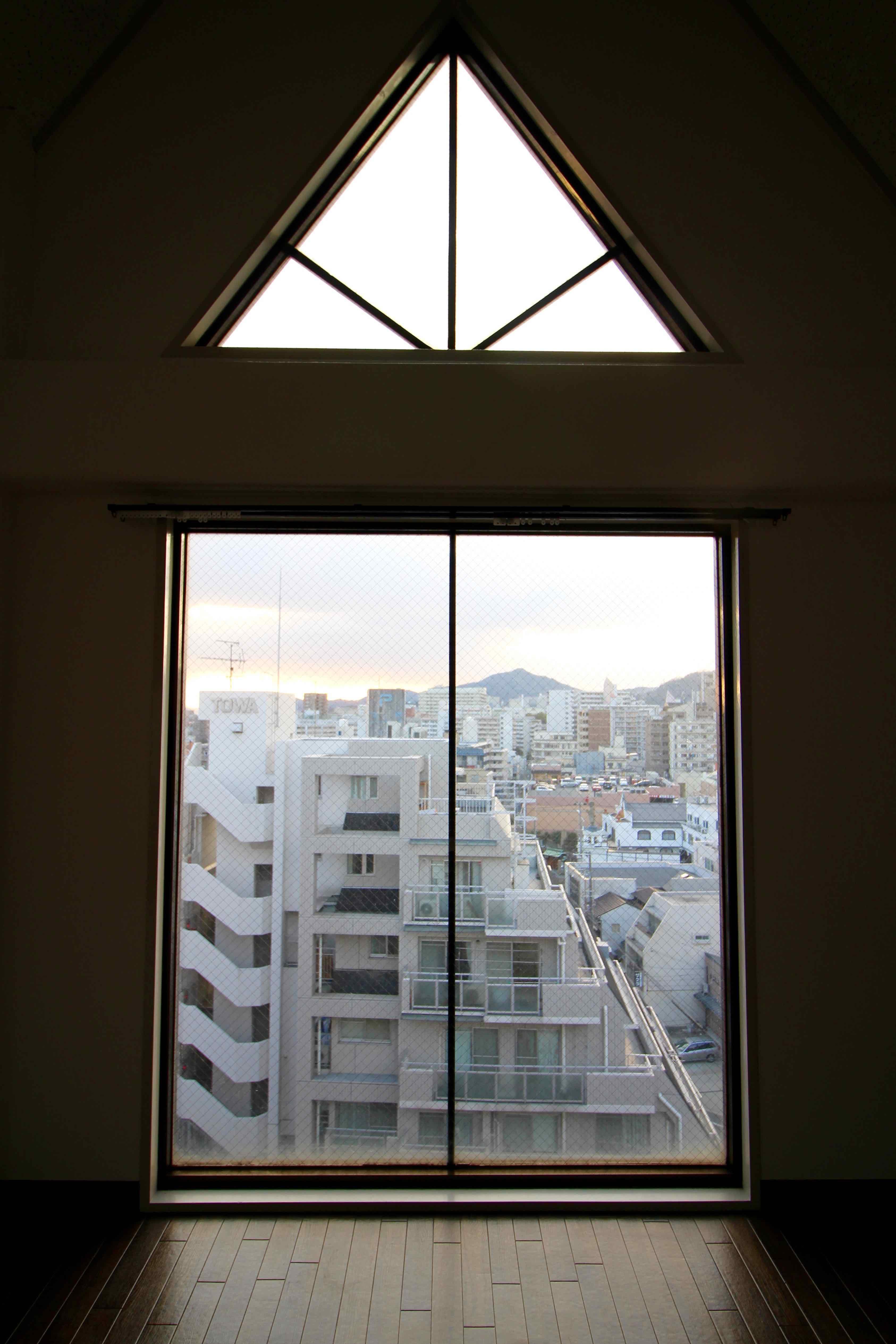 晴れている日は三角窓から陽が差し込む
