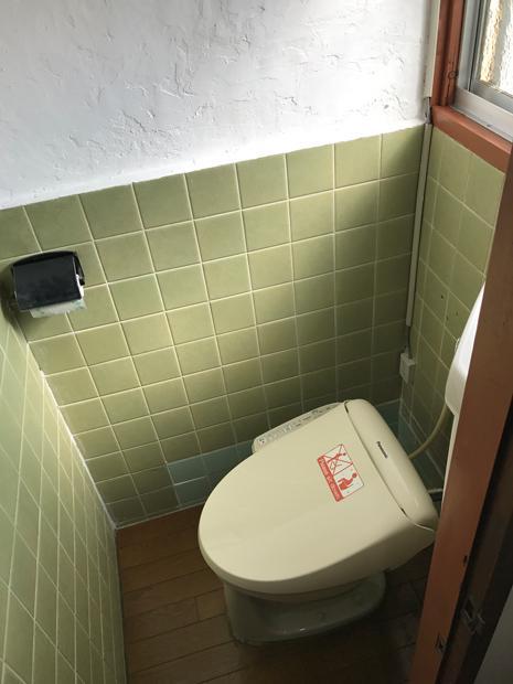 トイレは塗り壁とレトロタイルのコントラスト