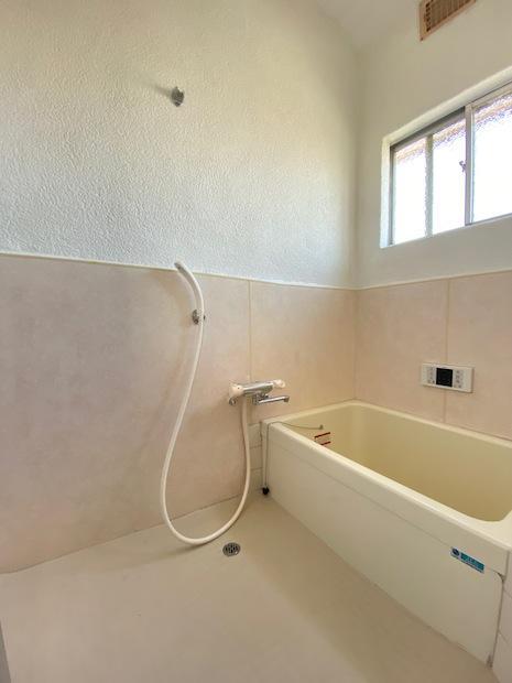 近年改装された広々浴室。清潔感ありますね。