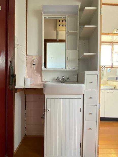 水栓や扉が愛らしい洗面台