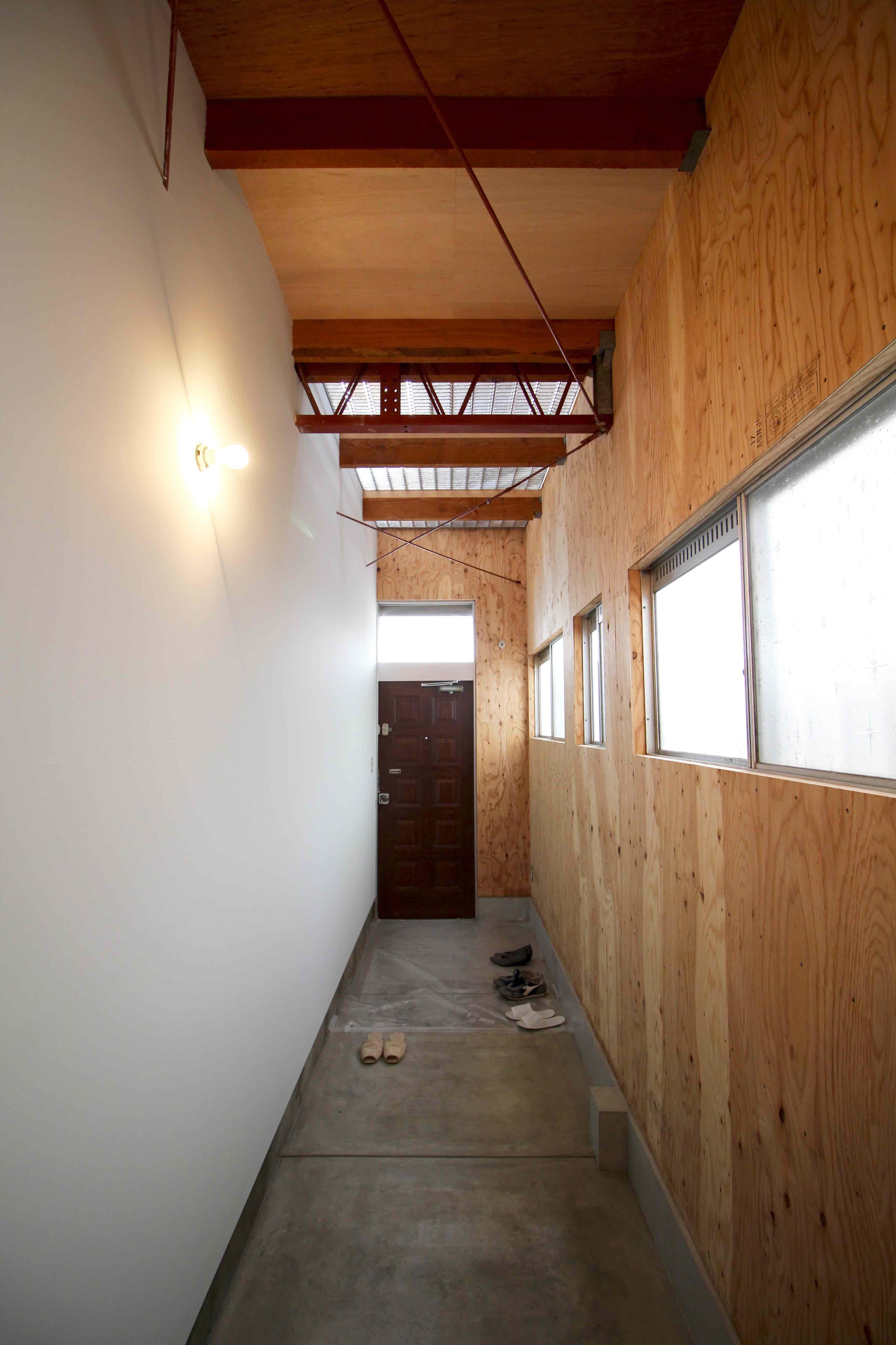 奥行きのある長い玄関
