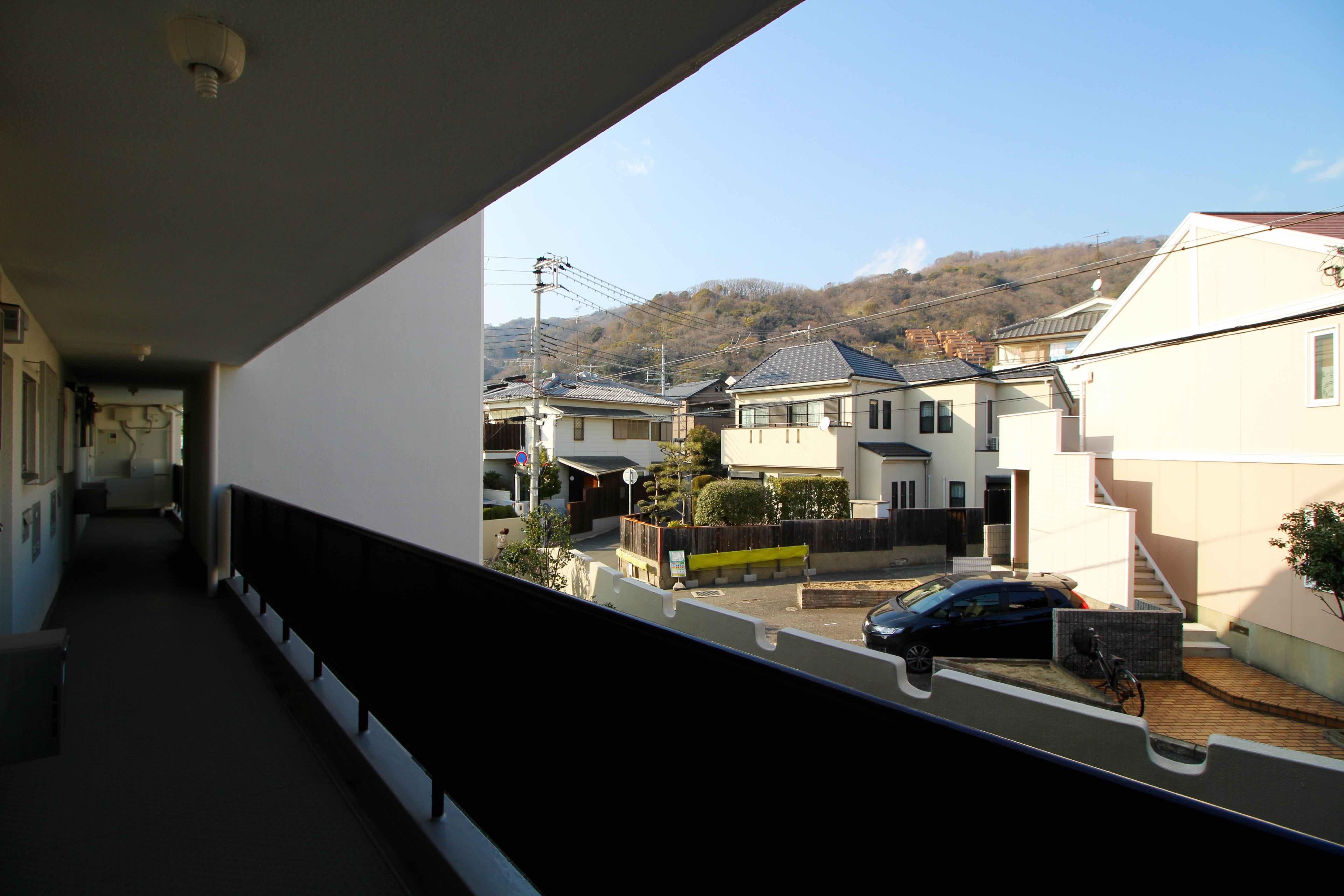 共用廊下から山を望む