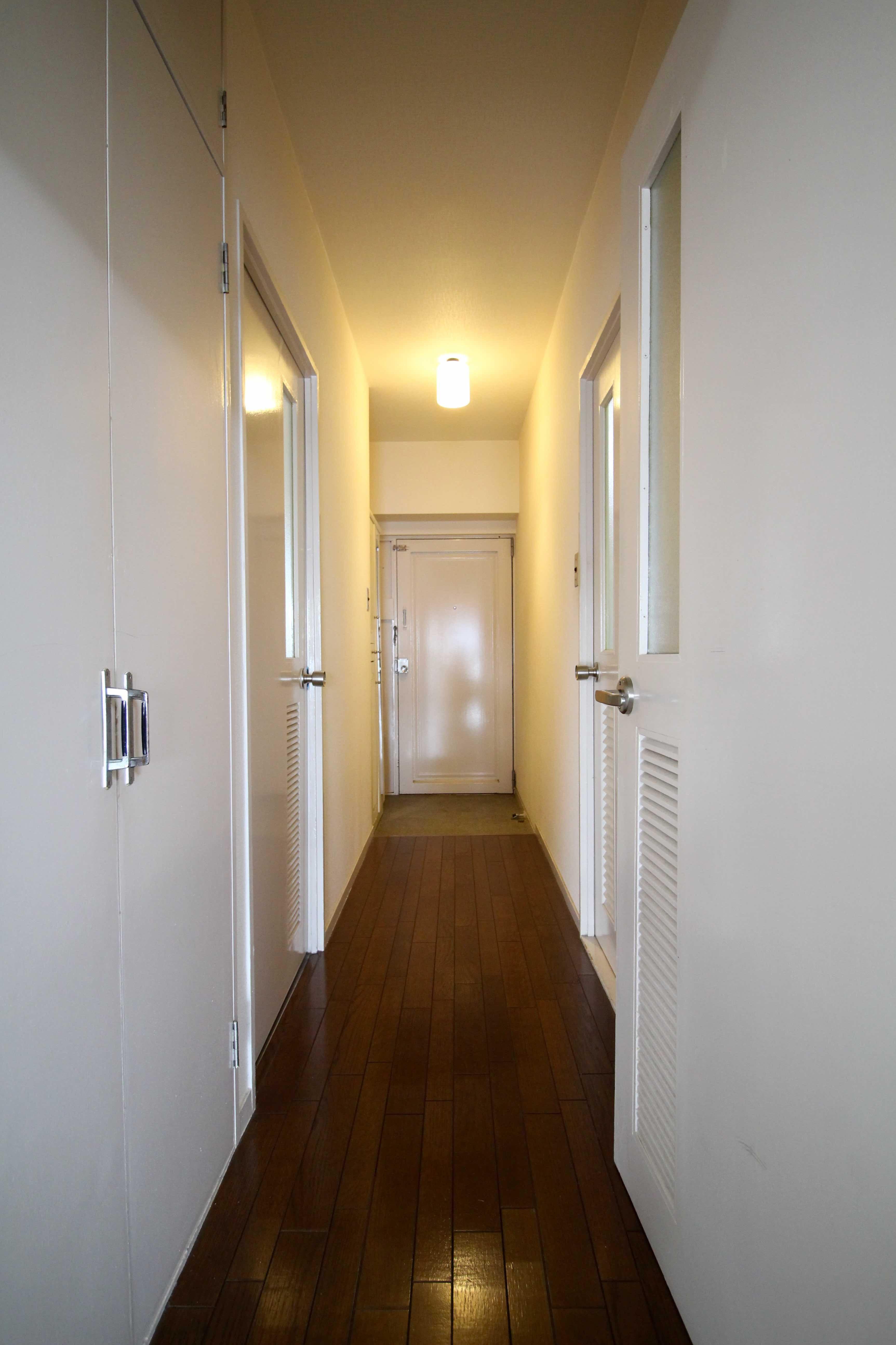 レトロな建具が残る廊下