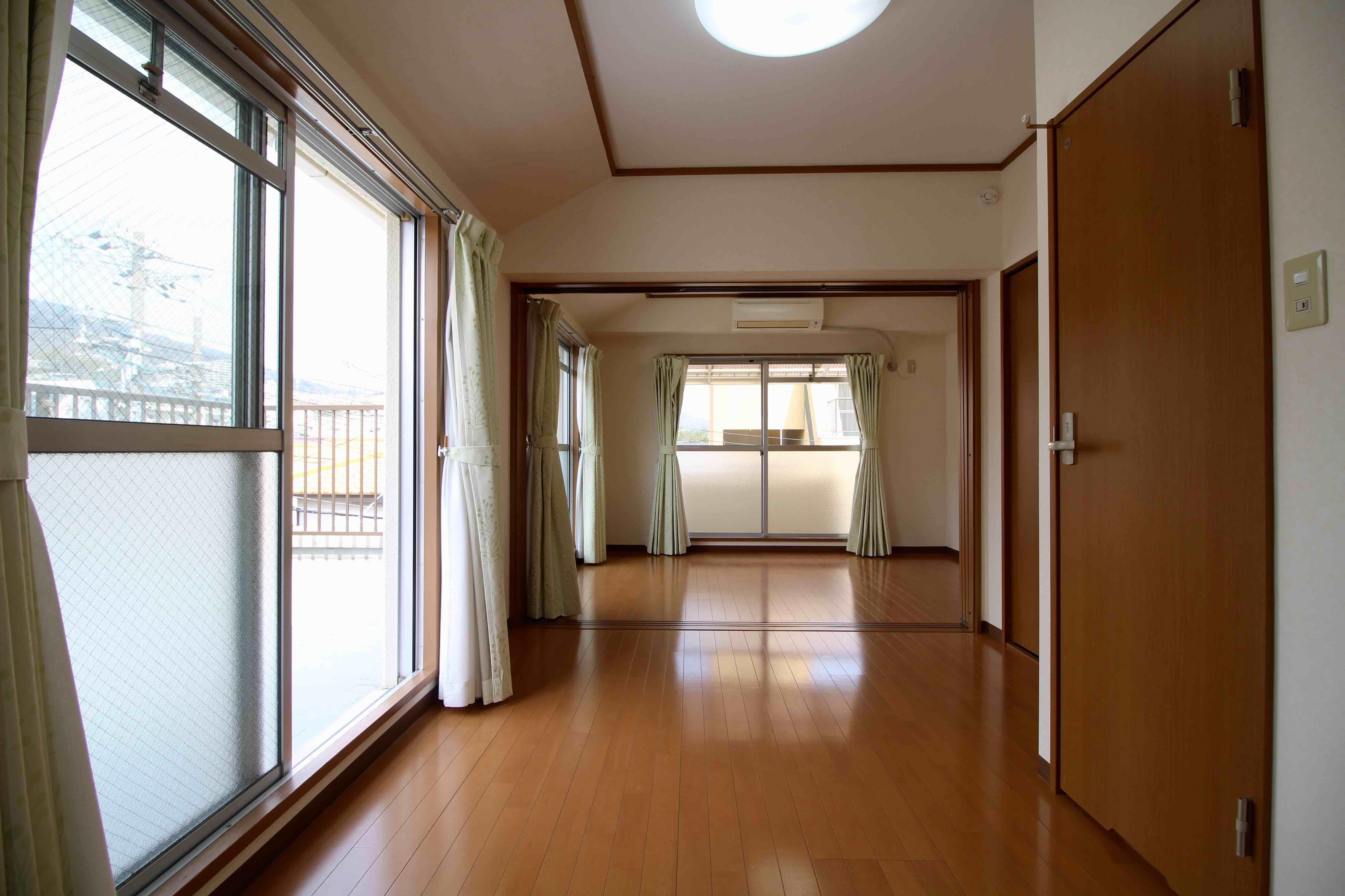 窓が多く明るい室内