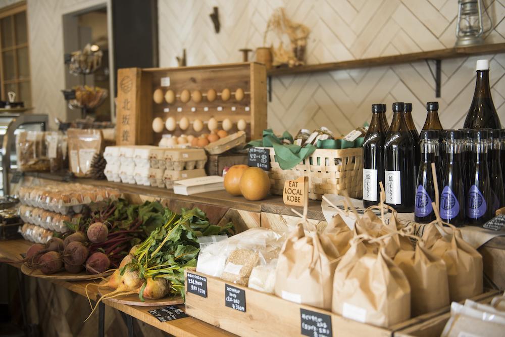 神戸ローカルの食品が並びます。神戸の農家や食事業者のサポートする店です。