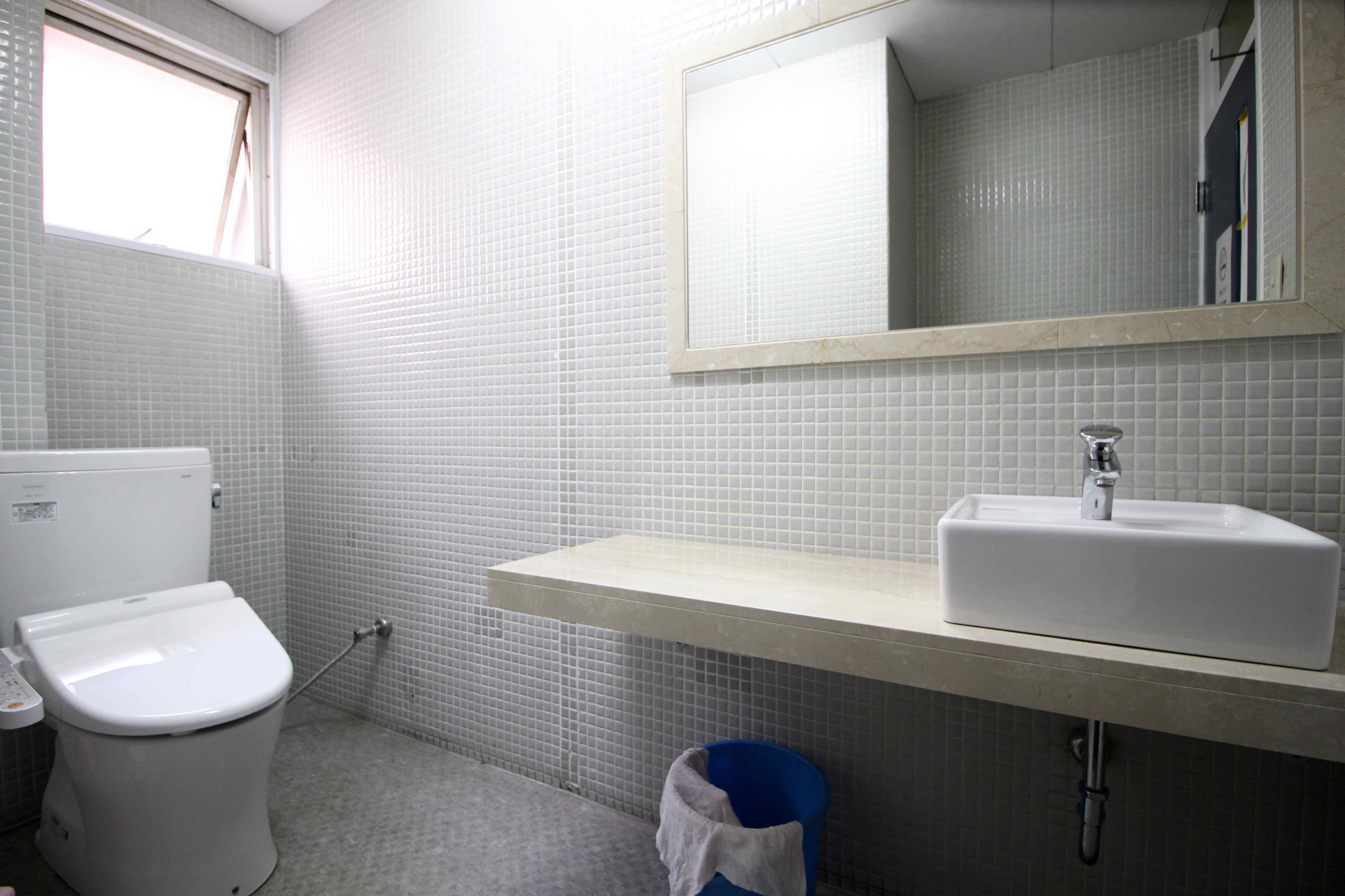 タイル張りの共用トイレ