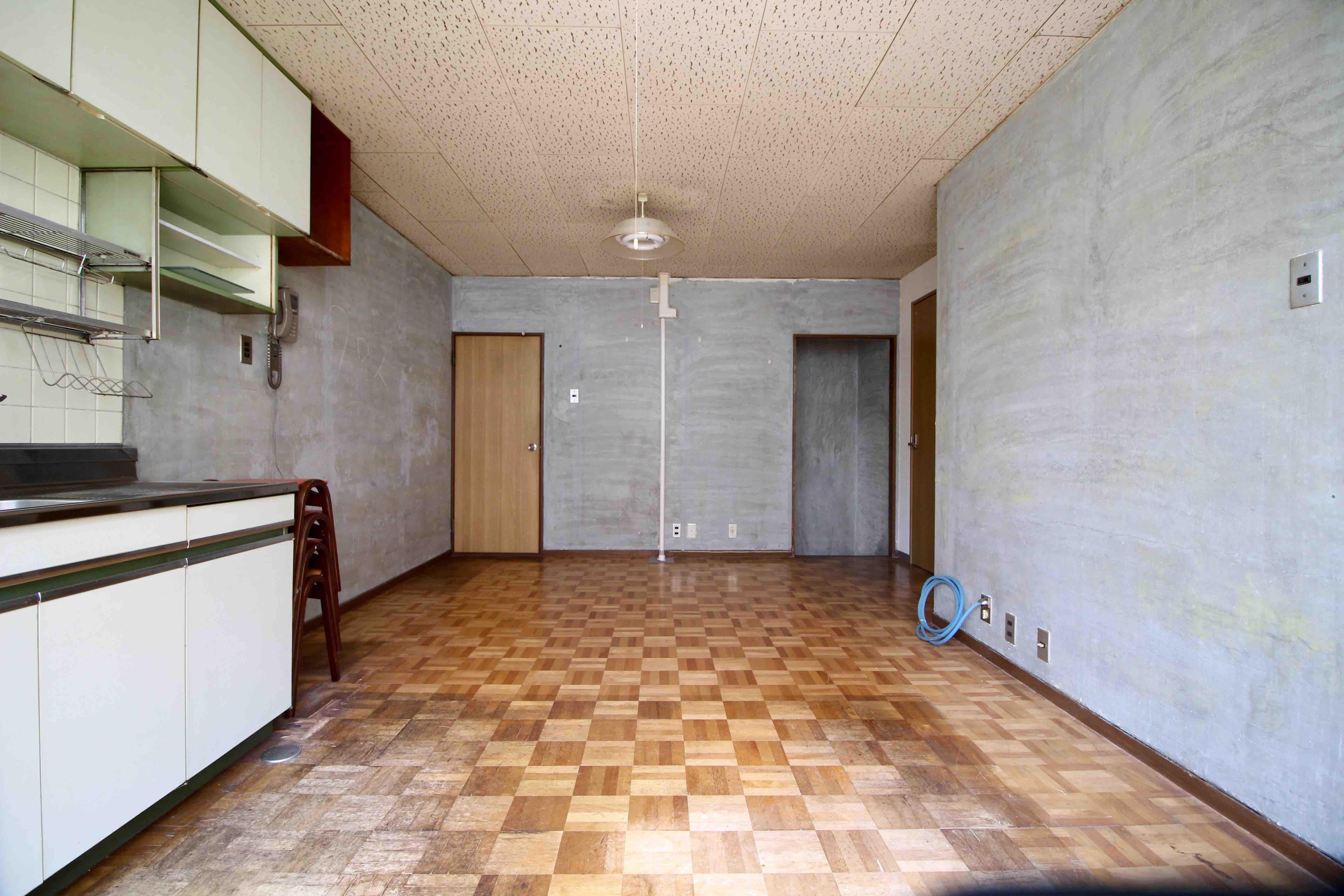 見覚えのある教室の床を彷彿とさせるフローリングに、壁はムキ出し