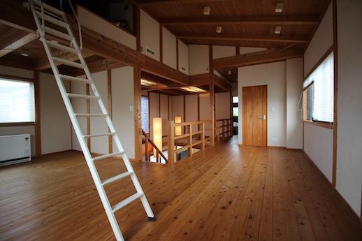 階段を上るとロフト付の大空間