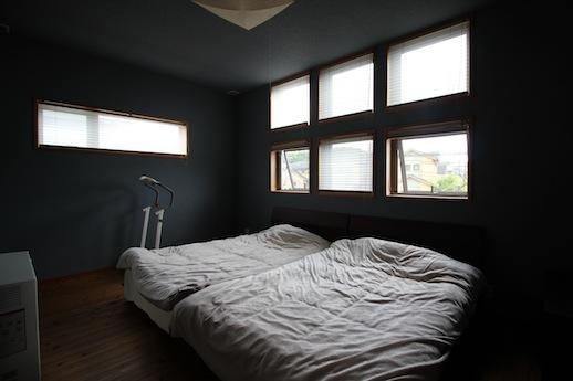 落ち着いたカラーの寝室