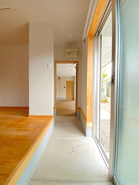 玄関とは別に店舗・事務所向きな引戸付。土間は作業場!?