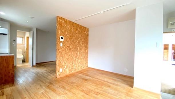 好きなものをスクラップしたり棚を付けたりしたい合板壁。