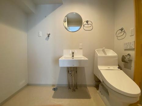 洗面・トイレは一体でカーテンなどで仕切ることは可能。その横に洗濯機置き場。