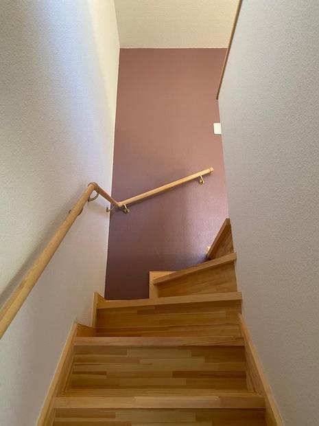 木の階段。温もりあります(写真の壁の色はありません)。