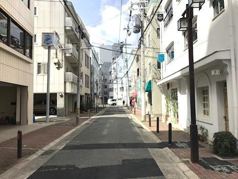 静かな北側道路。はす向かいには洒落たビル(写真右手)
