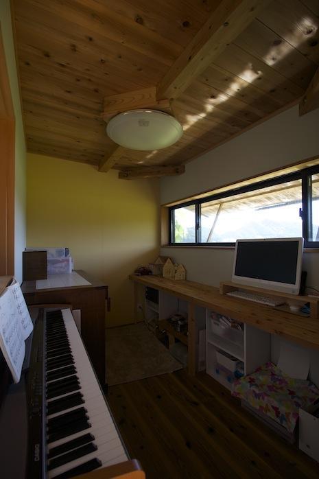 土間脇の洋室3.5帖に潜む。この位の窓の大きさがむしろ心地よい