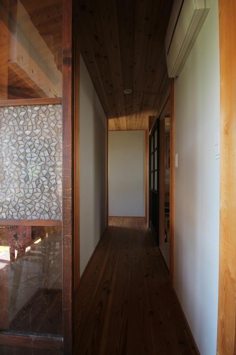 レトロなガラス建具を開け、廊下へ