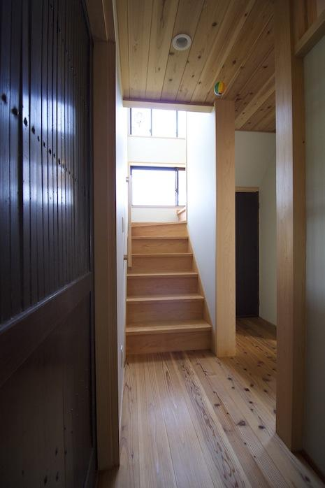 廊下を進むと光が射し、空間が開けてゆく