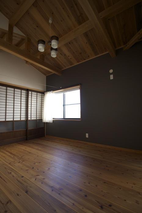 1F東奥の部屋。天井が高く折り上がる