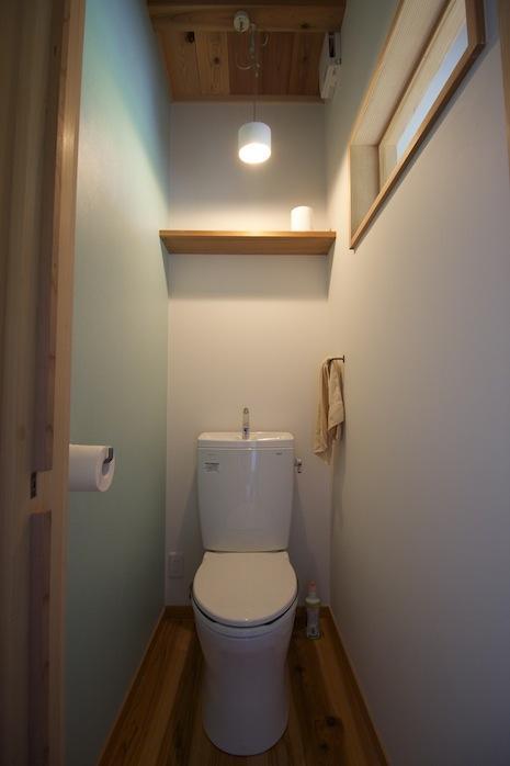 2Fトイレ。さわやかなアクセントカラー