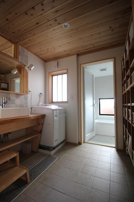 洗面所。銭湯のような一面棚