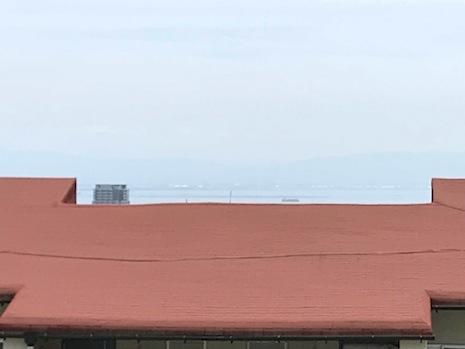 南棟の屋根の向こうに海と行き交う船。奥ゆかしさが妙にそそられる