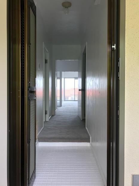 網戸付の玄関。タイルもまっ白に塗装