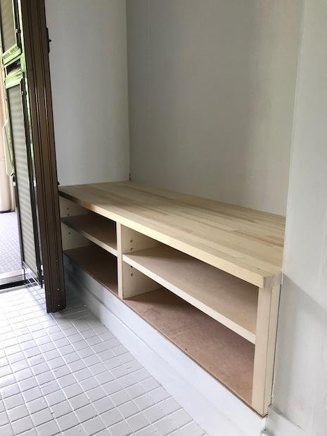 ベンチのような木の下足箱