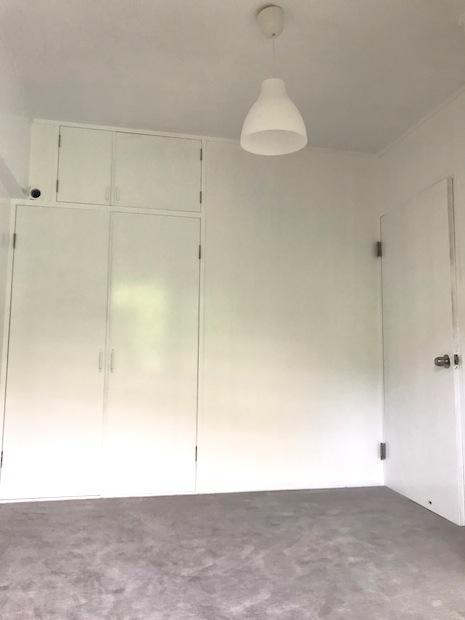 真ん中の洋室。レトロな扉もまっ白に