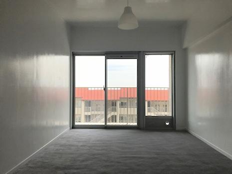南側の寝室。大きな窓