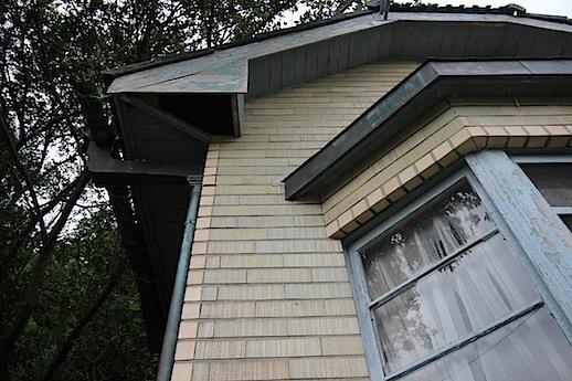 スクラッチタイルと出窓、この配色。