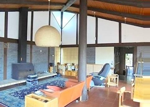 暖炉のあるリビングは伝統工法の日本家屋を思わせる構造材