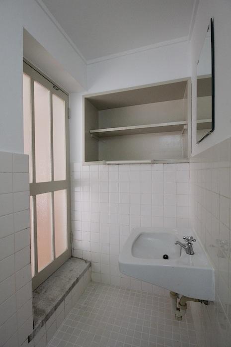 新築当初の洗面空間が残る