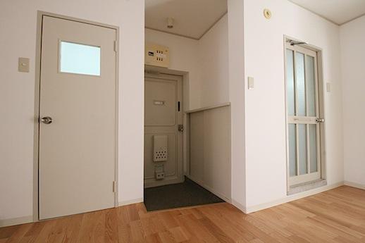 アンティークアイボリー色の扉がアクセント