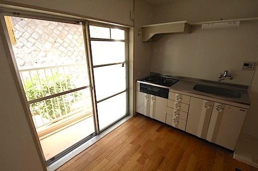 琺瑯製の扉がレトロなキッチン