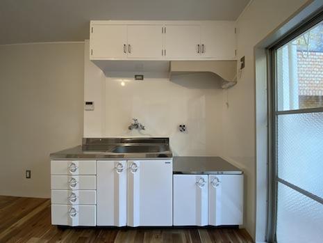 レトロな既存吊戸やレンジフードに馴染む新設の琺瑯製キッチン