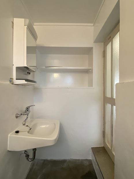 土間仕上げの浴室一体洗面。外国のゲストハウスのようなラフで雰囲気の良い造り