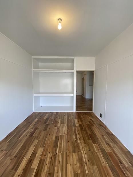 リビング想定の南西洋室。扉が取っ払われ、白に塗られた押入。飾り棚としてもどうぞ。